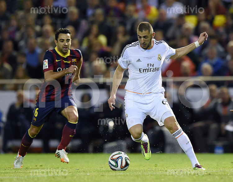 FUSSBALL  INTERNATIONAL Copa del Rey FINALE  2013/2014    FC Barcelona - Real Madrid            16.04.2014 Karim Benzema (re, Real Madrid) gegen Xavi Hernandez (Barca)