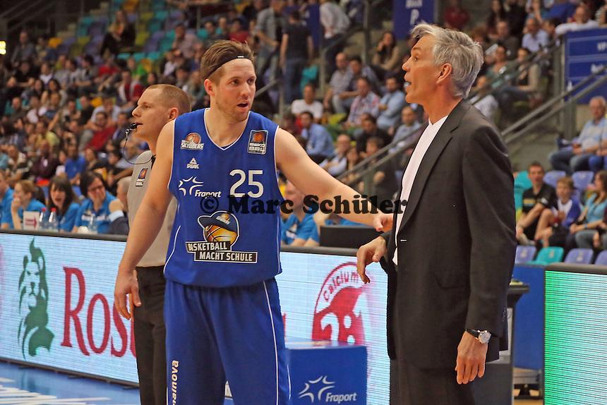 Trainer Gordon Herbert mit Jacob Burtschi (Skyliners) - Fraport Skyliners vs. Walter Tigers Tübingen, Fraport Arena Frankfurt