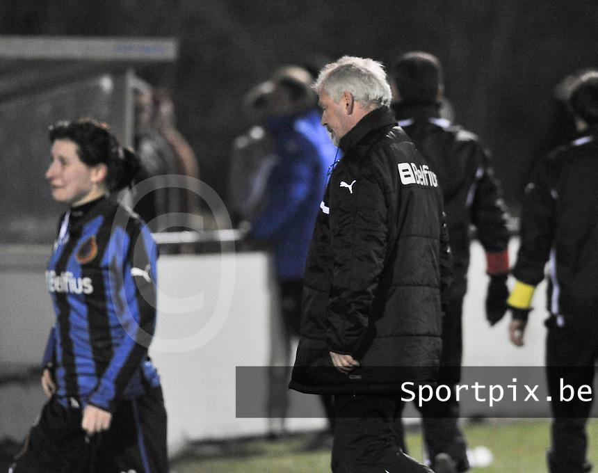 Club Brugge Dames - WB Sinaai Girls : Gunther Bomon ontgoocheld na het gelijkspel en de uitschakeling.foto DAVID CATRY / Vrouwenteam.be