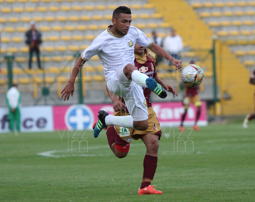 BOGOTA - COLOMBIA - 09-09-2015:  Darwin Lopez jugador del Deportes Tolima  disputa el balon con Juan Perez de Aguilas Doradas  durante partido  por la fecha 11 de la Liga Aguila II 2015 jugado en el estadio Metropolitano de Techo . / Darwin Lopez player of Deportes Tolima   fights the ball against Juan Perez of Aguilas Doradas during a match for the eleventh date of the Liga Aguila II 2015 played at Metropolitano  the Techo  stadium in Bogota  city. Photo: VizzorImage / Felipe Caicedo / Staff.