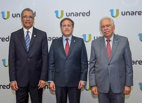 Simón Lizardo Mézquita, administrador general de Banreservas; Gustavo Ariza, vicepresidente ejecutivo de Asociación Popular de Ahorros y Préstamos, y Luis Molina Achécar, presidente del Banco BHD León, posan luego de la firma del acuerdo.