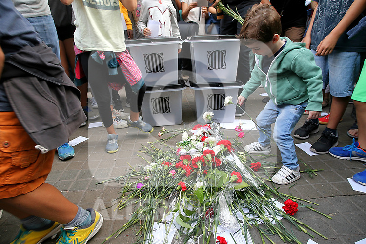 Flowers in schools where the National Police and the Civil Guard intervened during the Referendum of Independence of Catalonia. October  4, 2017. (ALTERPHOTOS/Juan Carlos Rojas)