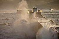 Europe/France/Aquitaine/64/Pyrénées-Atlantiques/Pays-Basque/Ciboure: Gros temps sur la jetée du Port de Socoa à l'aube