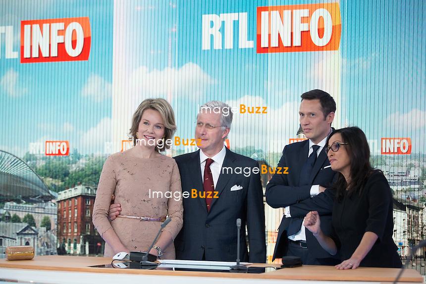 Le roi Philippe et la reine Mathilde de Belgique visitent les locaux de RTL House.<br /> Les souverains ont rencontr&eacute; l&rsquo;&eacute;quipe de Place Royale ( Thomas De Bergeyck et Emilie Dupuis ) ainsi que les studios de RTL info, en compagnie d&rsquo;Hakima Darhmouch et Michel De Maegd.<br /> Belgique, Bruxelles, 17 mars 2016<br /> King Philippe &amp; Queen Mathilde of Belgium during a visit at the RTL House Television Studios in Brussels.<br /> Belgium, Brussels, 17 March 2016<br /> Pic :  Le roi Philippe et la reine Mathilde de Belgique en compagnie d&rsquo;Hakima Darhmouch et Michel De Maegd ( RTL info )