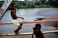 COLOMBIA  - Buenaventura -villaggio nella foresta colombiana  utilizzato per lo studio della malaria dall'OMS in quanto presenti le principali specie di zanzare anofele.  Nell'immagine due bambini giocano su un ponte nei pressi di un fiume.