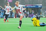 AMSTELVEEN -  Charlotte Vega (A'dam) stuit op Kiki Gunneman (Pin)    tijdens de hoofdklasse competitiewedstrijd dames, Pinoke-Amsterdam (3-4). COPYRIGHT KOEN SUYK