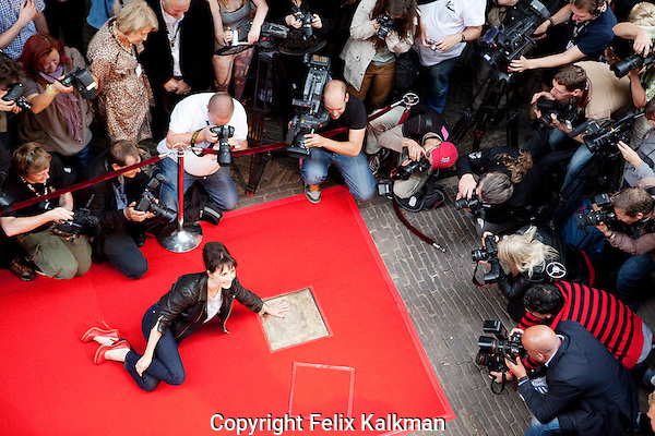 Nederland, Utrecht, 26 september 2011.Nederlands Film Festival.Carice van Houten, winnaar Gouden Kalf Beste Actrice 2010.Gouden Tegel handafdruk.Talent en Pro Boulevard.Carice van Houten, winner best actress award Golden Calf 2010, revealing a golden plaque at the 31st Netherlands Film Festival, surrounded by media..Foto Felix Kalkman