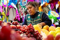Querétaro,Qro, 30 de diciembre del 2013.-  Ciudadanos se encuentran realizando las compras para la cena de fin de año, esto en los mercados de la ciudad. Lo más socorrido es la carne de res y cerdo, cabrito, mariscos y pescados. Además de adquirir las tradicionales uvas que en algunos establecimientos alcanzan hasta 80 pesos el kilo. Algunas personas compran piñatas y dulces. Foto: OPA