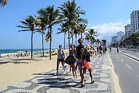RIO DE JANEIRO, RJ, 27 JULHO 2012 - CLIMA TEMPO NA CAPITAL CARIOCA-Movimentacao na Praia de Ipanema, a chegada de uma frente fria provocou ventos fortes e mar agitado mas nao espantou os banhistas nesta sexta-feira de sol, em Ipanema, zona sul do rio. (FOTO: MARCELO FONSECA / BRAZIL PHOTO PRESS).
