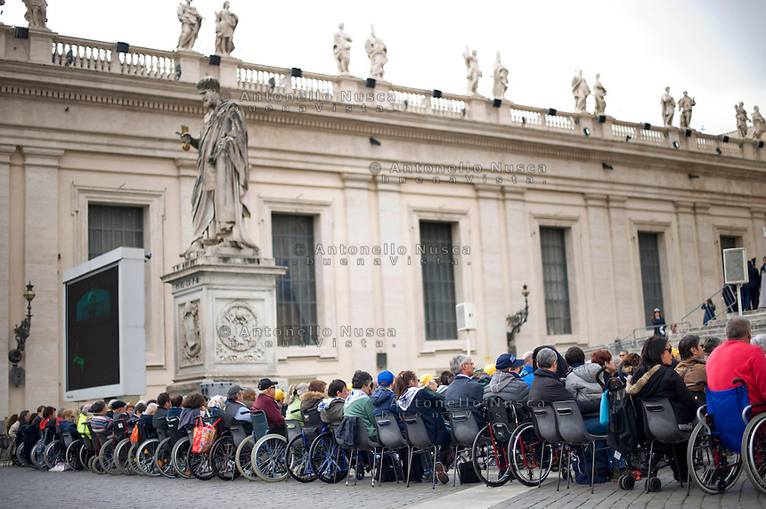 Malati in sedia a rotelle assistono all'Udienza Generale di Papa Francesco in Piazza San Pietro. Faithfuls in wheelchairs attend the weekly audience in St. Peter's Square.