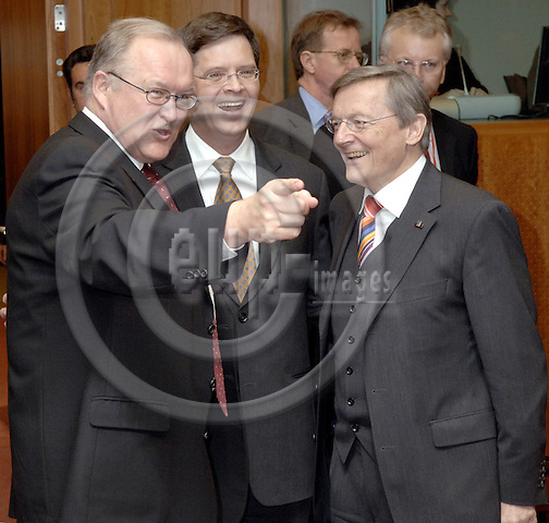 Brussels-Belgium - 23 March 2006---European Council, first day/meeting; here, Göran (Goeran) PERSSON (le), Prime Minister of Sweden, with Jan Peter BALKENENDE (ce), Prime Minister of The Netherlands, and Wolfgang SCHUESSEL (Schüssel) (ri), Federal Chancellor of Austria and acting president of the EU-Council---Photo: Horst Wagner/eup-images