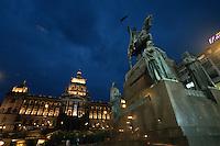 Wenzelsplatz (Vaclavske namesti), Denkmal des heiligen Wenzel von Josef Myslbek, Nationalmuseum, Prag, Tschechien, Unesco-Weltkulturerbe.