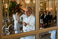 Europe/Monaco/Monte Carlo : restaurant: Louis XV / Alain Ducasse à l'Hôtel de Paris  - Alain Ducasse dans la salle du restaurant avant un service [Non destiné à un usage publicitaire - Not intended for an advertising use]