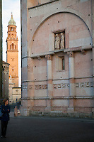 Battistero di Parma , commissionato a Benedetto Antelami, costruito tra il 1196 e il 1270 , in marmo rosa di Verona, decorazione con arco a tutto sesto
