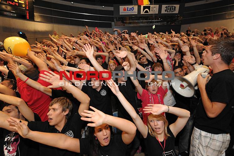 BBL 2008/2009 - Play Off - Finale  Spiel 5 von 5. 25.06.2009 EWE Arena Oldenburg<br /> <br /> EWE Baskets - Telekom Baskets Bonn<br /> <br /> Bonner Fans treiben ihre Mannschaft nach vorne<br /> <br /> Foto &copy; nph ( nordphoto )