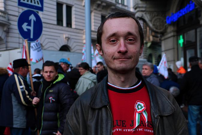 Sandor findet, dass der Jobbik Vertreter ein ehrlicher und anst&auml;ndiger Politiker ist.<br /><br /> Jobbik hat vor der Wahl einige Positionen ver&auml;ndert um Stimmen gegen Orban zu gewinnen. Sie ist aber traditionell eine rechtsradikale Partei mit rassistischen und Antisemitischen Positionen. Sie hat gute Chancen bei der Wahl am 08.04. mehr Stimmen zu gewinnen als bei der letzten Wahl und damit Fidesz die zwei drittel Mehrheit zu nehmen.