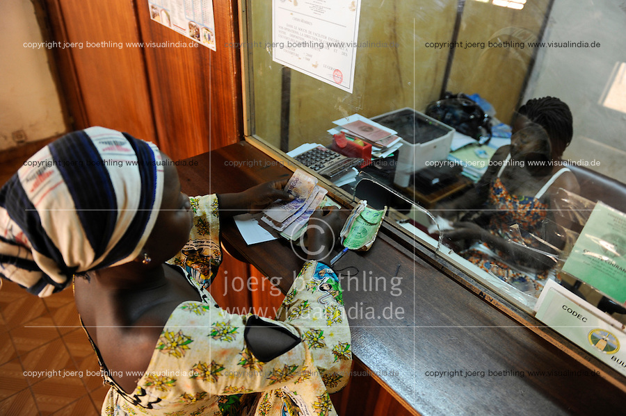 BURKINA FASO Kaya, diocese bank gives micro loan for women as income generation, CFA banknotes / BURKINA FASO Kaya, Bank der Dioezese Kaya vergibt Mikrokredite fuer Frauen und Kleinunternehmer zur Einkommensfoerderung, Banknoten CFA-Franc BCEAO (Franc de la Communauté Financière d'Afrique) ist die Waehrung der Westafrikanischen Wirtschafts- und Waehrungsunion (UEMOA)