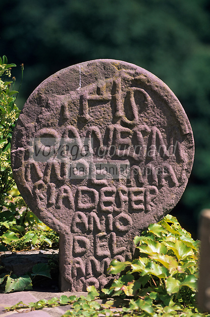 Europe/France/Aquitaine/64/Pyrénées-Atlantiques/Bidarray: Stèles discoïdales au cimetière