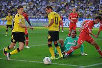 Fussball Bundesliga Saison 2011/2012 8. Spieltag Borussia Dortmund - FC Augsburg Robert LEWANDOWSKI (BVB) auf dem Weg zum 1:0 mit Mario GOETZE (BVB) gegen Simon JENTZSCH (Augsburg) und Hajime HOSOGAI (Augsburg).