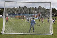 Scotland Highland games Bute Island Gara di Hockey su prato tra ragazzi vista dalla porta a