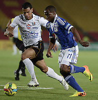 BOGOTÁ -COLOMBIA, 07-12-2013. Leudo Dhawling (Der.) jugador de Millonarios disputa el balón con Juan David Cabezas (Izq.) jugador de Once Caldas durante partido por la fecha 6 de los cuadrangulares finales de la Liga Postobón  II 2013 jugado en el estadio Nemesio Camacho el Campín de la ciudad de Bogotá./ Leudo Dhawling (R) player of Millonarios fights for the ball with Juan David Cabezas (L) player of Once Caldas during match for the 6th date of final quadrangulars of the Postobon  League II 2013 played at Nemesio Camacho El Campin stadium in Bogotá city. Photo: VizzorImage/Gabriel Aponte/STR