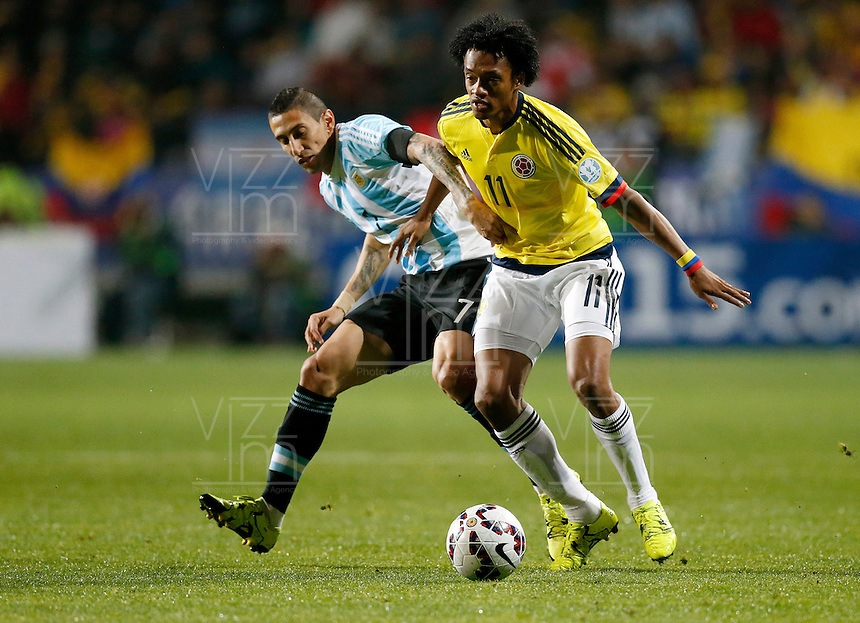 VIÑA DEL MAR - CHILE - 26-04-2015: Juan G Cuadrado (Der.) jugador de Colombia, disputa el balón con Angel Di Maria (Izq.) jugador de Argentina, durante partido Colombia y Argentina, por los cuartos de final, de la Copa America Chile 2015, en el estadio Sausalito en la Ciudad de Viña del Mar / Juan G Cuadrado (R) player of Colombia, vies for the ball with Angel Di Maria (L) player of Argentina, during a match between Colombia and Argentina, for the quarterfinals of the Copa America Chile 2015, in the Sausalito stadium in Viña del Mar city. Photo: VizzorImage /  Photosport / Martin Thomas / Cont.