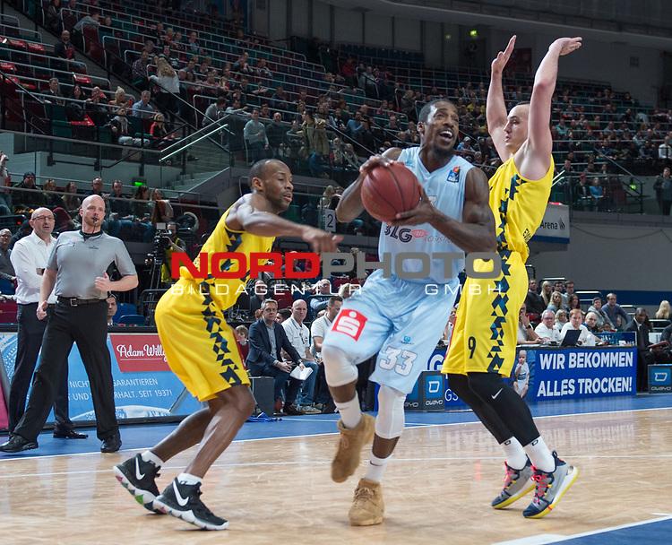 10.02.2019, &Ouml;VB Arena, Bremen, GER, easy Credit-BBL, Eisb&auml;ren Bremerhaven vs EWE Baskets Oldenburg, im Bild<br /> mit dem Ball in der Hand<br /> Durrell SUMMERS ( Eisb&auml;ren Bremerhaven #33 )<br /> Will CUMMINGS (EWE Baskets Oldenburg #3 )Karsten TADDA (EWE Baskets Oldenburg #9 )<br /> Foto &copy; nordphoto / Rojahn
