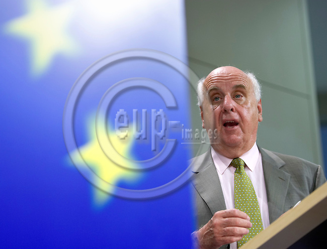 """BRUSSELS - BELGIUM - 13 SEPTEMBER 2006 -- The European Coordinator for the high speed train of the South Europe, Etienne DAVIGNON, gestures during a news conference on """"Railways Transeuropean Networks and the progress report on projects entrusted to the European coordinators"""" at EU commission headquarters in Brussels -- PHOTO: THIERRY MONASSE / EUP-IMAGES"""