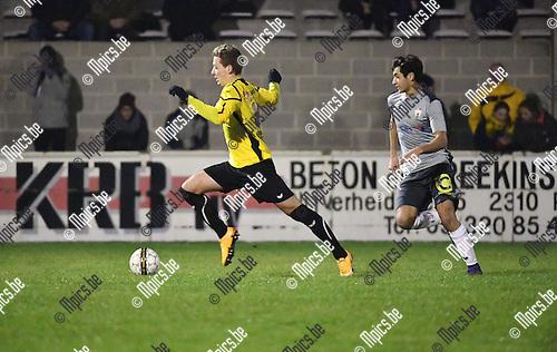 2016-11-26 / Voetbal / Seizoen 2016-2017 / Zwarte Leeuw - Berchem Sport / Jawad Absisan (Berchem) in achtervolging op Bart Cornelissen<br /> <br /> ,Foto: Mpics.be
