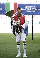 Calcio, Serie A: Juventus vs Crotone. Torino, Juventus Stadium, 21 maggio 2017.<br /> Juventus' Mario Mandzukic holds the trophy during the celebrations for the victory of the sixth consecutive Scudetto at the end of the Italian Serie A football match between Juventus and Crotone at Turin's Juventus Stadium, 21 May 2017. Juventus defeated Crotone 3-0.<br /> UPDATE IMAGES PRESS/Isabella Bonotto