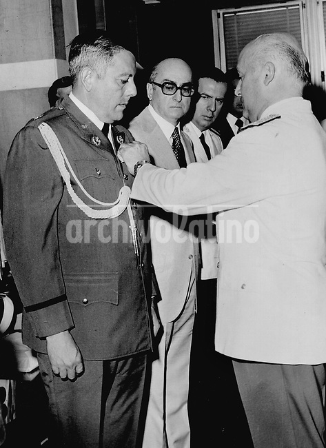 General Omar Torrijos, presidente de Panama, condecorado por el gobierno argentino en 1974.+historica *General Omar Torrijos, president of Panama, receving a condecoration from Argentine government in 1974 +historic
