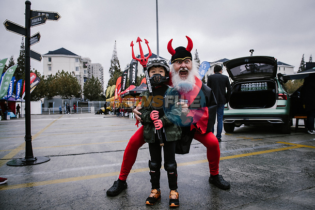 Didi the Devil with fans before the 2018 Shanghai Criterium, Shanghai, China. 16th November 2018.<br /> Picture: ASO/Pauline Ballet | Cyclefile<br /> <br /> <br /> All photos usage must carry mandatory copyright credit (&copy; Cyclefile | ASO/Pauline Ballet)