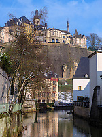 Blick &uuml;ber die Alzette in Grund auf die Altstadt, Luxemburg-City, Luxemburg, Europa, UNESCO-Weltkulturerbe<br /> Alzette in Grund and historic city, Luxembourg City, Europe, UNESCO Heritage Site