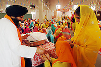 COMUNITA' SIKH NELLA FOTO UN BAMBINO RICEVE CIBO DURANTE LA PREGHIERA GENTE BORGO SAN GIACOMO 06/05/2007 FOTO MATTEO BIATTA<br /> <br /> SIKH COMMUNITY IN THE PICTURE A CHILD GETS FOOD DURING THE PRAYER PEOPLE BORGO SAN GIACOMO 06/05/2007 PHOTO BY MATTEO BIATTA