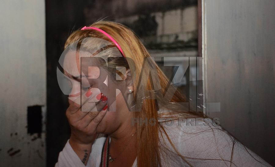 SAO PAULO SP 29 Julho 2013 - Um incendio que deixou uma casa destruida na rua Belquior de Mello no Bairro do Cangaiba na zona leste de Sao Paulo mobilizou varias viatura do corpo de bombeiros  no final da tarde desta segunda feira, 29.  na foto Daniela, filha da proprietaria da casa (FOTO: ALAN MORICI / BRAZIL PHOTO PRESS).