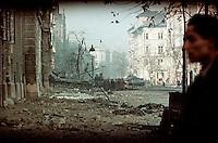 UNGARN, 10.1956.Budapest, IX./VIII. Bezirk.Ungarn-Aufstand / Hungarian uprising 23.10.-04.11.1956:.Vor der schwer umkaempften Kilian-Kaserne (links) die vom ungarischen Militaer gegen die Sowjettruppen gehalten wurde. Der T-34-Panzer in der Einfahrt traegt das ungarische Nationalwappen. Hinten an der Kreuzung Ferenc/József krt. / Üllöi út ein zerstoerter sowjetischer IS-3. Gegenueber der Kaserne (vorne rechts) der Corvin-Platz-Komplex, eine wichtige Bastion der Aufstaendischen. Nach dem Waffenstillstand vom 28.10. und dem Rueckzug der Sowjettruppen..At the Kilian barracks (left) which was held by Hungarian military against the Soviet troops. The T-34 tank in the entrance carries the national coat of arms. Behind, at the crossing Ferenc/Jozsef krt. / Ulloi ut there is a destroyed Soviet IS-3 tank. Opposite the barracks (front right) the corner.of the Corvin square complex may be seen.The closed building complex around the Corvin cinema was one of the main strongholds of the insurgents. After the oct. 28 ceasefire and the retreat of the Soviet troops..© Jenö Kiss/EST&OST