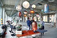 Nederland  Amsterdam  2016 .  Amsterdam Maker Festival. Het Amsterdam Maker Festival maakt onderdeel uit van een nieuw concept ;  Nerderlands. Het doel van het festival is om Makers in contact te brengen met het grote publiek en elkaar te laten zien hoe leuk en nuttig Maken is.  Op de foto Makerversity in Gebouw 27. Op het Marineterrein bevindt zich vanaf april 2016 de Makerversity met circa 200 creatieve Makers. In het gebouw zijn werkruimten, onderwijsfaciliteiten en een cafe gevestigd.  Het doel van medeoprichter Tom Tobia is om start-ups te helpen groeien en jonge creatieve professionals voor te bereiden op hoogwaardige banen binnen innovatieve sectoren. Lampen van Buonvink. Foto Berlinda van Dam / Hollandse Hoogte