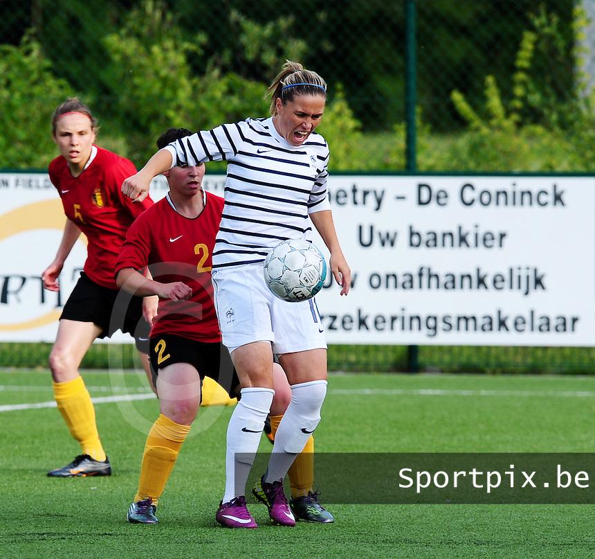 Vriendschappelijke interland vrouwenvoetbal : Belgium A - France A te Nieuwpoort ;..Camille Abily aan de bal voor Kelly Paulus en Lorca Van De Putte..foto DAVID CATRY / Vrouwenteam.be