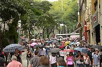SÃO PAULO, SP, 16 DE JANEIRO DE 2012 - SACOLA LARGO SÃO BENTO - Sacola gigante de material reciclado exposta no Largo São Bento, na tarde de hoje, 16 A Sacola é o símbolo da campanha para utilização de sacolas retornáveis em detrimento de sacos plásticos descartáveis. FOTO: ALEXANDRE MOREIRA - NEWS FREE.