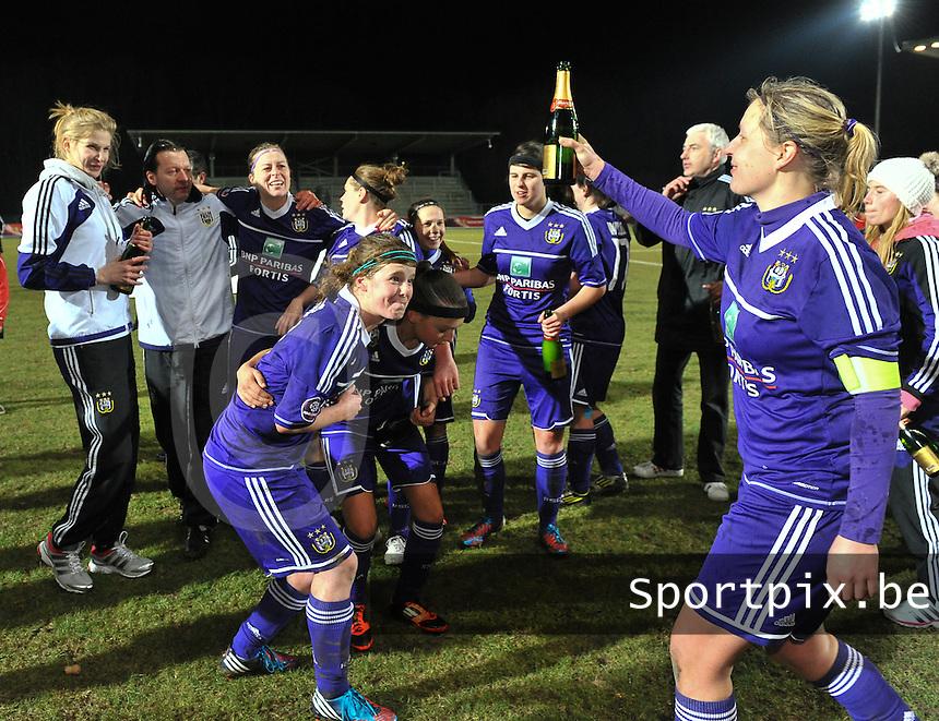 Waasland Beveren Sinaai Girls - RSC Anderlecht : de speelsters van Anderlecht vieren hun overwinning met Sophie Mannaert (rechts) en Laura Deloose (midden).foto DAVID CATRY / Nikonpro.be