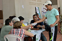 CALI -COLOMBIA. 02-10-2016: Ciudadanos colombianos acuden a las urnas para votar durante el Plebisto, escribiendo un nuevo capitulo en la historia del pais. Hoy los colombianos acuden a las urnas para decir SI o NO al acuerdo de Paz firmado entre el Gobierno y las Fuerzas Armadas Revolucionarias de Colombia Ejercito del Pueblo (FARC-EP) / Colombian citizens go to the polls to vote writing a new chapter in the history of the country. Today Colombians go to the polls to say YES or NO to the peace agreement signed between the government and the Revolutionary Armed Forces of Colombia People's Army (FARC-EP). Photo: VizzorImage/ Ericka Rozo / Staff