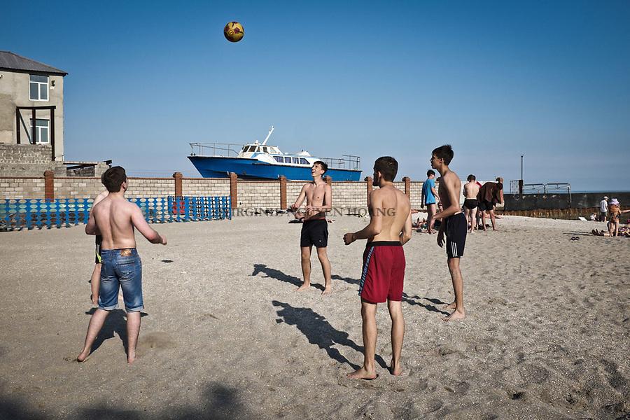 UKRAINE, Mariupol: Young men are playing volleyball on the beach as it's the first week o summer holiday. <br /> <br /> UKRAINE, Mariupol: Des jeunes hommes jouent au volley-ball sur une des plages de Mariupol. C'est la premi&egrave;re semaine des vacances d'&eacute;t&eacute;.
