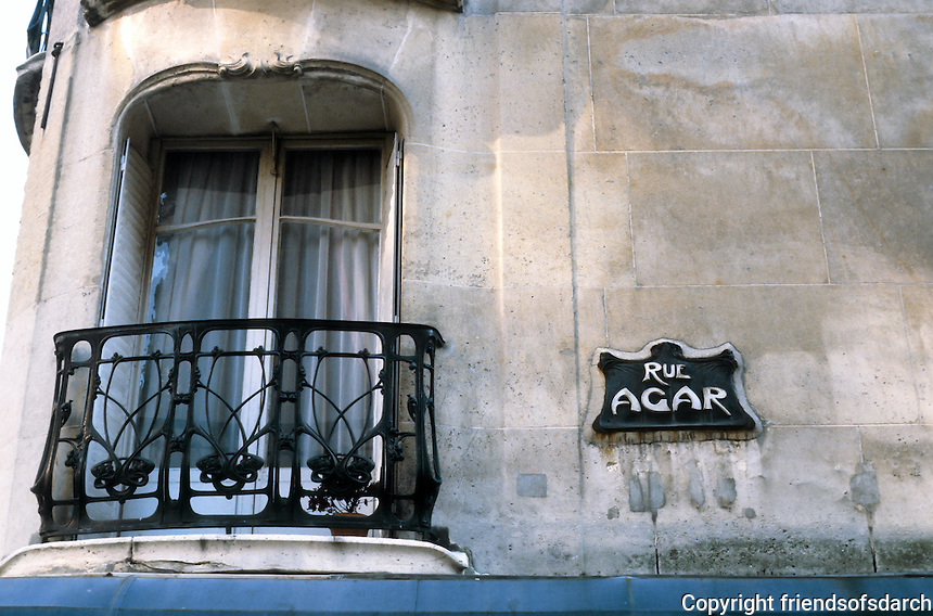 Hector Guimard: 19 Rue La Fontaine, Paris 1911. Detail on building. Photo '90.