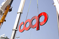 - Italia, Milano, posa dell'insegna sul palazzo direzionale della COOP<br /> <br /> - Italy, Milan, installation of the sign on the COOP's directional  building