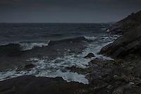 Kulingvågor vid havet grått mörkt