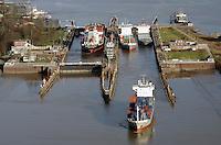 Schleuse des NOK Brunsbuettel: EUROPA, DEUTSCHLAND, SCHLESWIG-HOLSTEIN, BRUNSBUETTEL , (EUROPE, GERMANY), 14.01.2012: Schleuse Nord-Ostseekanal von Brunsbuettel. Der Nord-Ostsee-Kanal (NOK; internationale Bezeichnung: Kiel Canal) verbindet die Nordsee (Elbmuendung) mit der Ostsee (Kieler Foerde). Diese Bundeswasserstraße ist nach Anzahl der Schiffe die meistbefahrene kuenstliche Wasserstraße der Welt..Der Kanal durchquert auf knapp 100 km das deutsche Bundesland Schleswig-Holstein von Brunsbuettel bis Kiel-Holtenau und erspart den etwa 900 km laengeren Weg um die Nordspitze Daenemarks durch Skagerrak und Kattegat..Die erste kuenstliche Wasserstraße zwischen Nord- und Ostsee war der 1784 in Betrieb genommene und 1853 in Eiderkanal umbenannte Schleswig-Holsteinische Canal. Der heutige Nord-Ostsee-Kanal wurde 1895 als Kaiser-Wilhelm-Kanal eroeffnet und trug diesen Namen bis 1948..