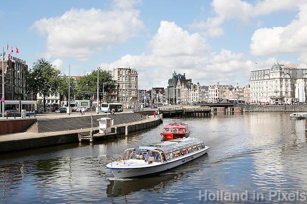 Nederland Amsterdam 2016 . Amsterdam Centrum. Rondvaartboot van Rederij Plas bij de Prins Hendrikkade.  Foto Berlinda van Dam / Hollande Hoogte