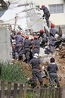GUARULHOS, SP, 04.12.2013 - DESABAMENTO/OBRA/GUARULHOS/BUSCAS -  Bombeiros continuam as buscas pelo operário Edenilson dos Santos, de 24 anos, desaparecido desde o desabamento de um prédio em construção ocorrido na última segunda-feira (02) em Guarulhos, na Grande São Paulo. Durante toda a terça-feira, 3, cerca de 60 homens da Defesa Civil e do Corpo de Bombeiros continuaram as buscas. No início da tarde de ontem, a carteira de identidade da vítima foi encontrada entre os escombros. As buscas, feitas manualmente, agora estão concentradas no provável local onde estaria o operário no momento do colapso da estrutura. (Foto: Geovani Velasquez / Brazil Photo Press).