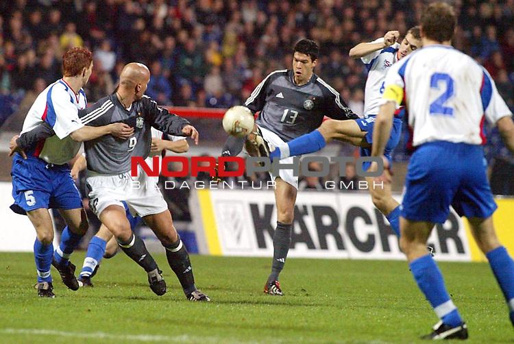 EM Qualifikation 2002<br /> Deutschland vs. Faeroer - Inseln 2:1<br /> Michael Ballack gegen Julian S. Johnsson.<br /> Foto &copy; nordphoto <br />  *** Local Caption *** Foto ist honorarpflichtig! zzgl. gesetzl. MwSt.<br />  Belegexemplar erforderlich<br /> Adresse: nordphoto<br /> Georg-Reinke-Strasse 1<br /> 49377 Vechta