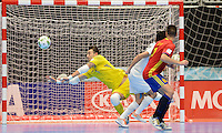 MEDELLIN - COLOMBIA- 21-09-2016: Paco Sedano (Izq) arquero de España trata de evitar un gol de Kazajistán durante partido de octavos de final de la Copa Mundial de Futsal de la FIFA Colombia 2016 jugado en el Coliseo Ivan de Bedout en Medellín, Colombia. /  Sedano (L) goalkeeper of Spain tries to avoid a goal of Kazakhstan during match of the knockout stages of the FIFA Futsal World Cup Colombia 2016 played at Ivan de Bedout coliseum in Medellin, Colombia. Photo: VizzorImage / Leon Monsalve /